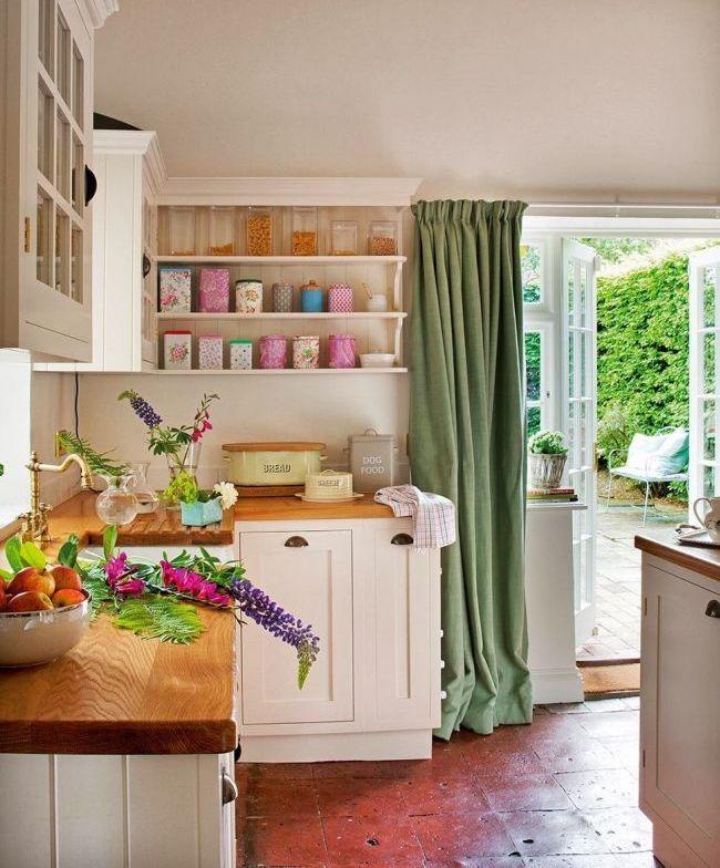 Les rideaux verts contrastent dans une cuisine lumineuse