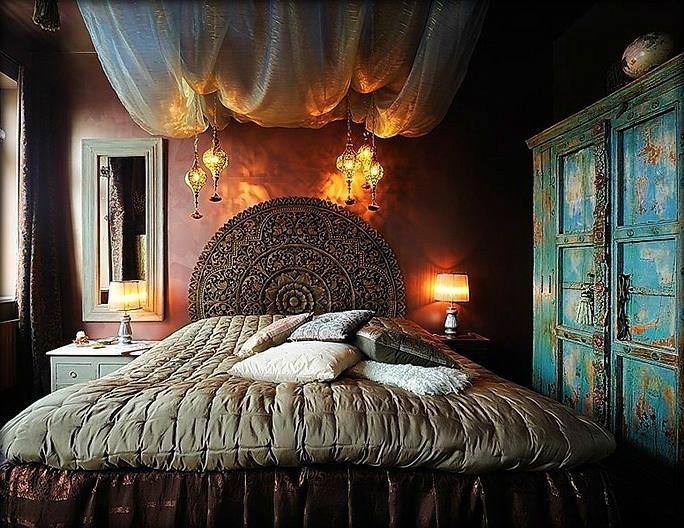 Tête de lit ronde en bois sculpté sophistiquée pour une ambiance luxueuse dans n'importe quelle pièce