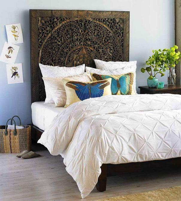 Le bois sculpté comme matériau pour la tête de lit transformera l'apparence non seulement du lit, mais de toute la chambre dans son ensemble