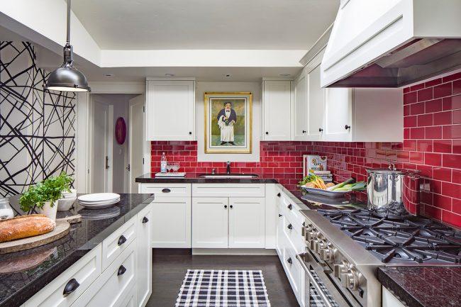 Décorer un tablier dans la cuisine avec des carreaux rouge vif