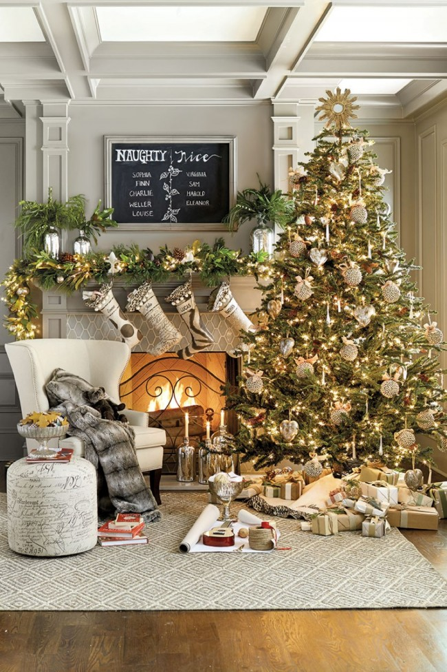 Un sapin de Noël joliment décoré créera une atmosphère de fête dans la maison et deviendra le centre de l'intérieur du Nouvel An Un sapin de Noël joliment décoré créera une atmosphère de fête dans la maison et deviendra le centre de l'intérieur du Nouvel An