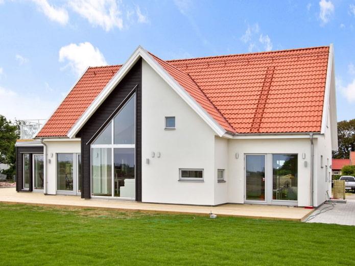 finition du toit de la maison dans le style scandinave