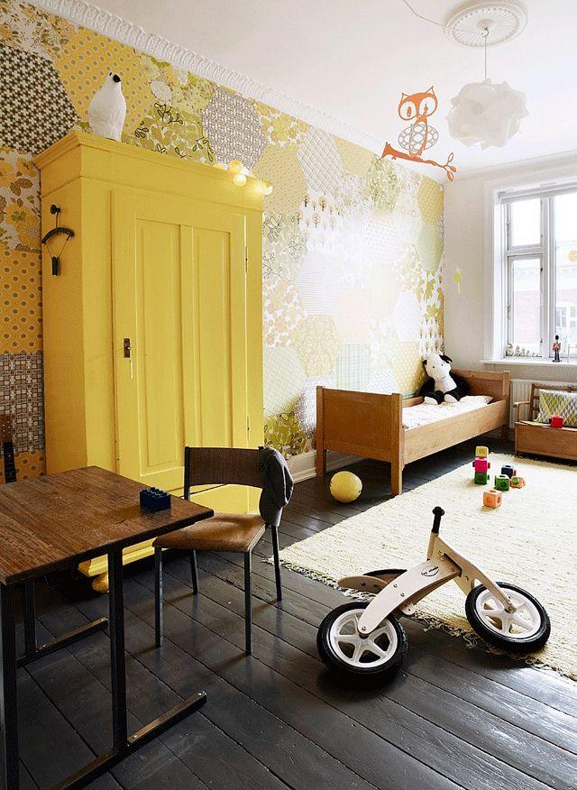 Le papier peint patchwork jaune chaud crée une atmosphère chaleureuse