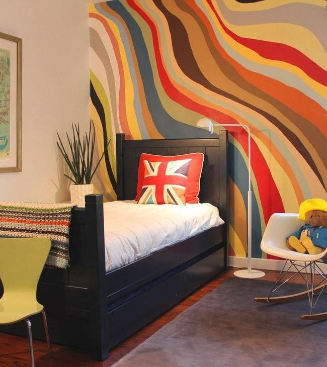 Si l'un des murs est recouvert de papier peint brillant et que le reste est pastel, la pièce ne sera pas surchargée de couleur.