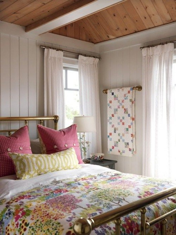 textiles clairs dans la chambre