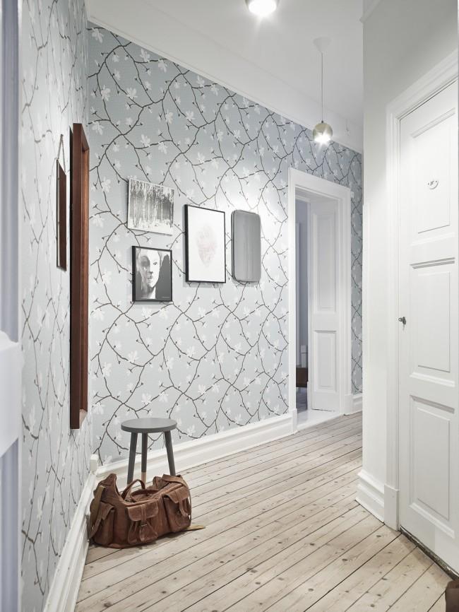 Le papier peint gris clair avec de petites fleurs semble assez familier et traditionnellement dans le couloir, le papier peint gris avec de petites fleurs semble assez familier dans le couloir