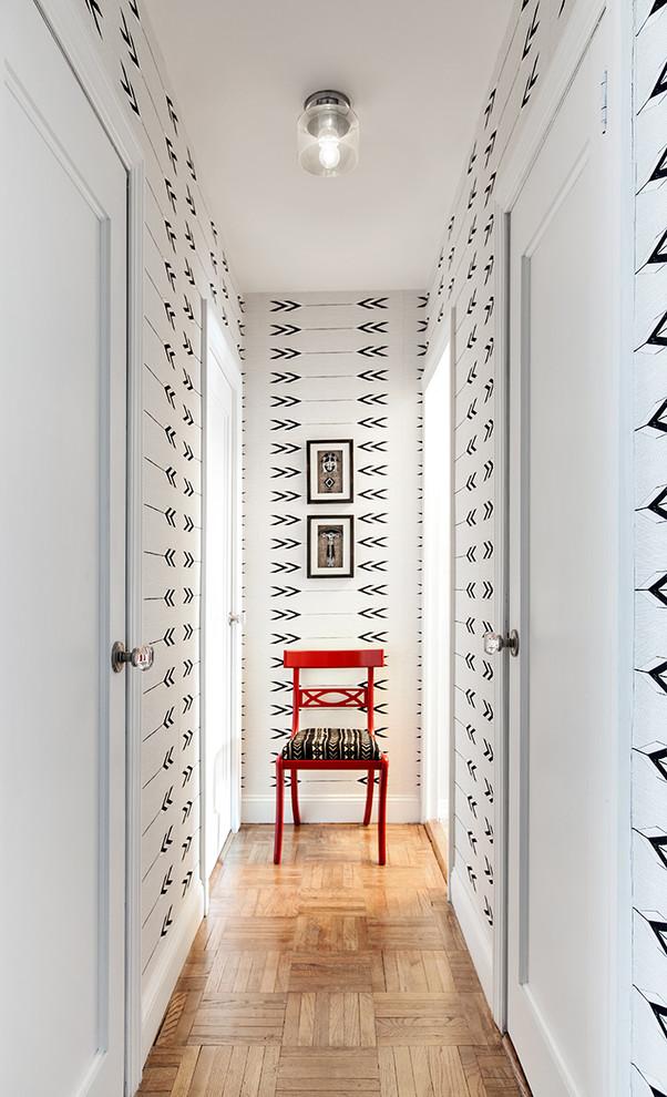Appartement scandinave avec un hall d'entrée très étroit.  Il n'y a pas de place pour les meubles, le papier peint joue donc le rôle principal et unique dans la décoration.