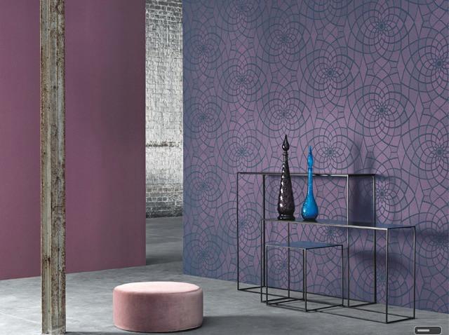 Solution inhabituelle pour le couloir - papier peint violet avec un motif kaléidoscopique et monochromatique, différant de trois ou quatre tons; solution pour le couloir - papier peint violet avec un motif kaléidoscopique