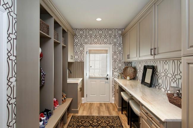 Ces papiers peints dans le couloir sont très populaires, car ils sont assez neutres, mais aussi décoratifs.