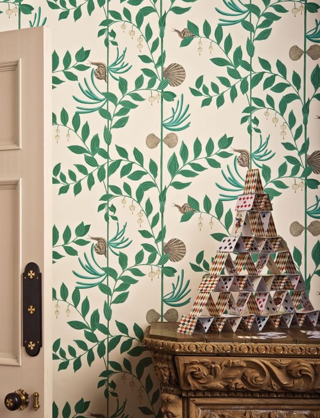 Le motif coloré sur le papier peint dans le couloir a l'air assez frais