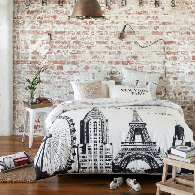Papier peint imitant la maçonnerie à l'intérieur d'une chambre de style loft