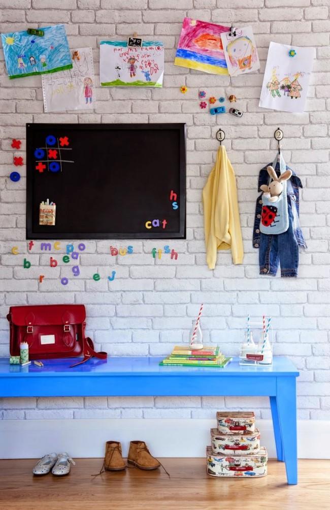 Le papier peint à l'image de la brique blanche s'intégrera parfaitement à l'intérieur de la chambre des enfants