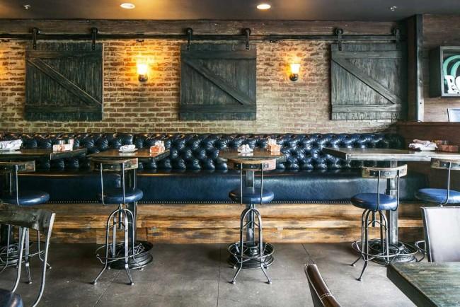 Le papier peint en brique souligne parfaitement le style loft dans la conception du bar