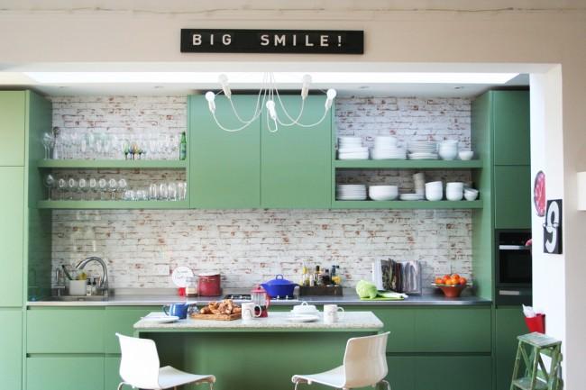 Papier peint en vinyle avec imitation de maçonnerie dans le cadre de la zone de travail de la cuisine
