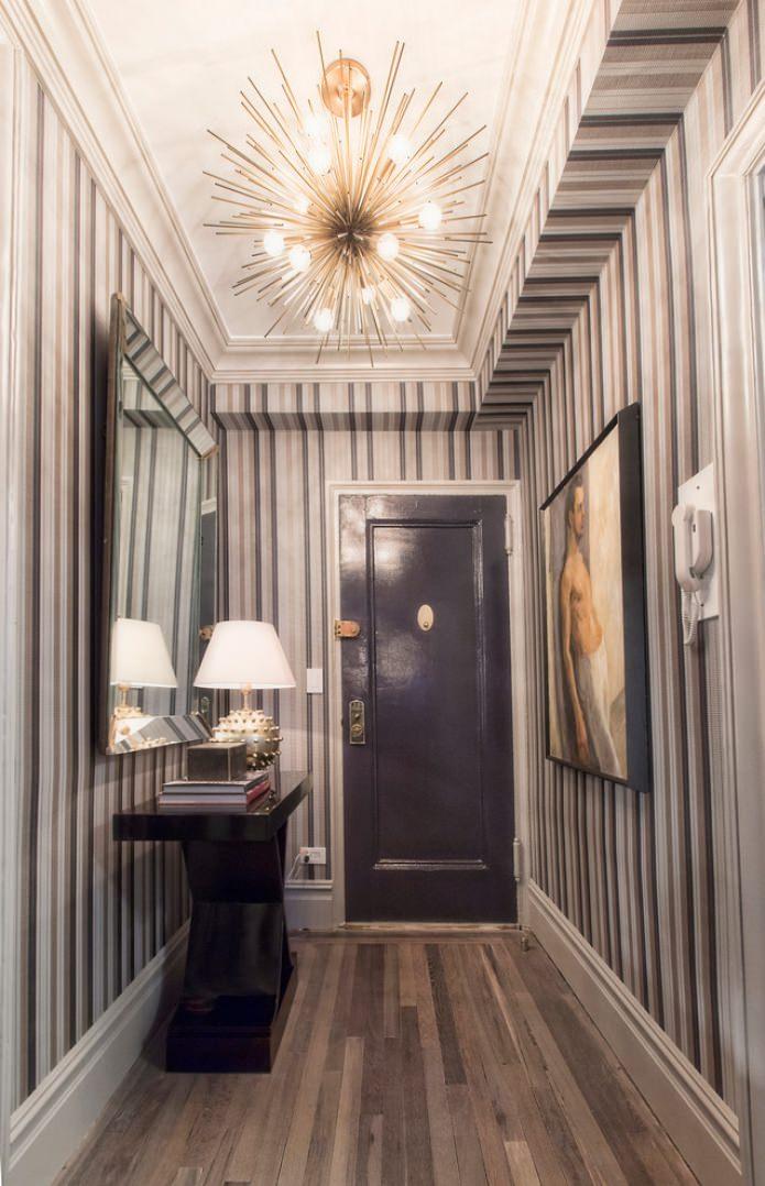 papier peint à rayures dans le couloir