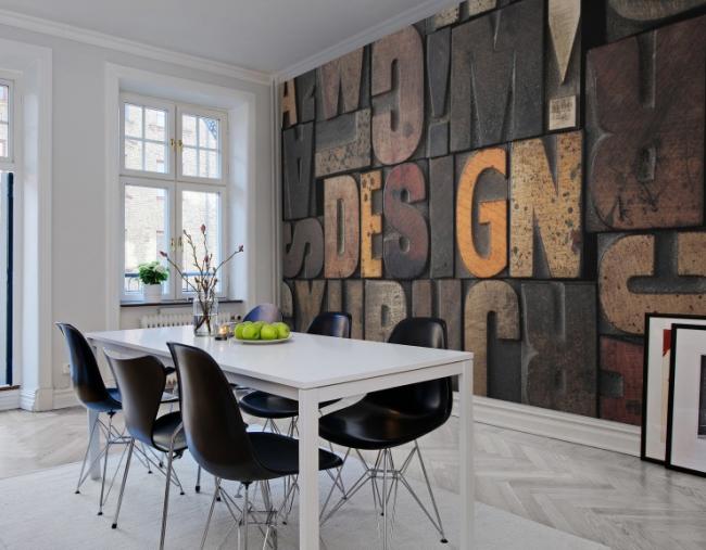 Pièce lumineuse avec un mur dédié dans la salle à manger