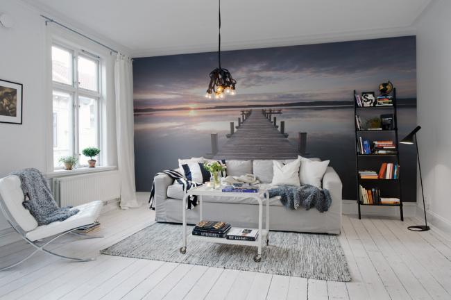 Extension maximale de l'espace avec un panneau mural et une couleur claire de la pièce