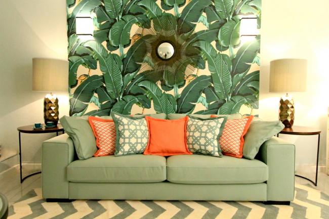 Grand éclairage dans un salon avec un intérieur dans des tons verts