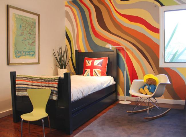 Un panneau lumineux de papier peint sur un mur dédié à la tête du lit
