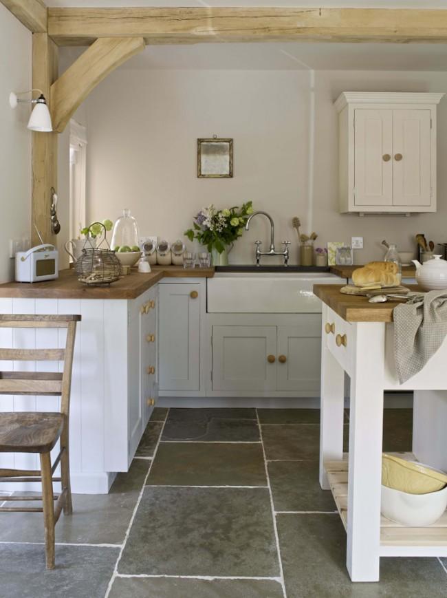 Dalles en grès cérame massif dans une cuisine lumineuse avec des accents sur des éléments en bois naturel