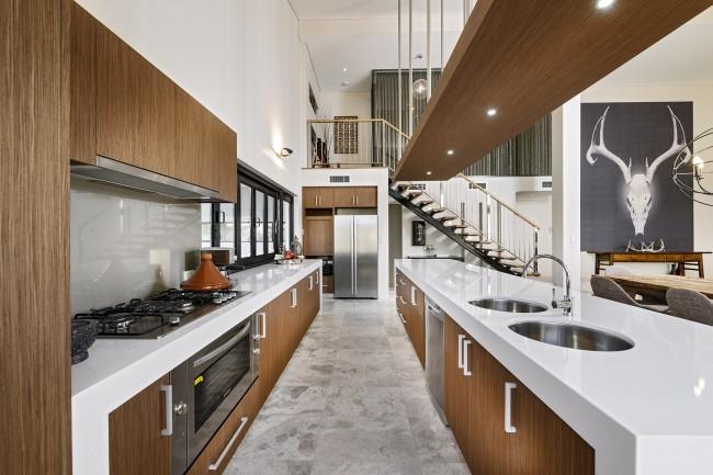 Carreaux clairs sur le sol de la cuisine, imitant le motif du marbre naturel