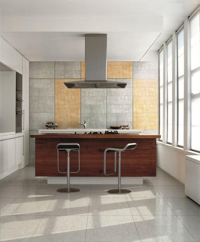 Des carreaux de sol discrets dans la même palette de couleurs que le dosseret soutiennent l'ambiance d'une cuisine lumineuse