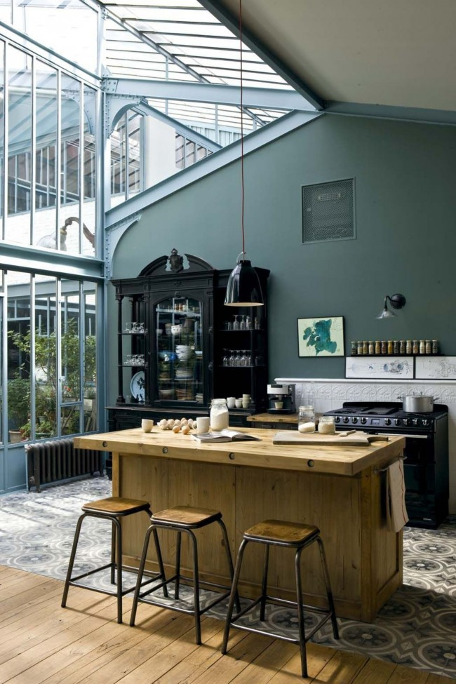 Carrelage au sol dans une cuisine-studio spacieuse dans une maison privée