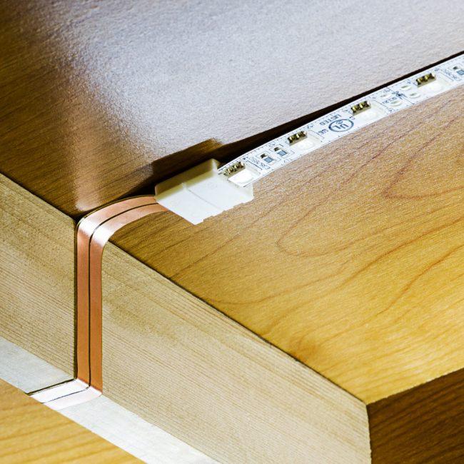La bande LED auto-adhésive ne nécessite aucune compétence particulière pour l'installation