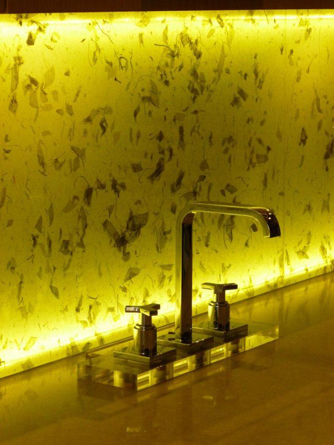 Avec des diodes LED, vous pouvez éclairer les tabliers de cuisine en verre ou en pierre par l'arrière.  Ils diffusent efficacement la lumière des sources lumineuses miniatures