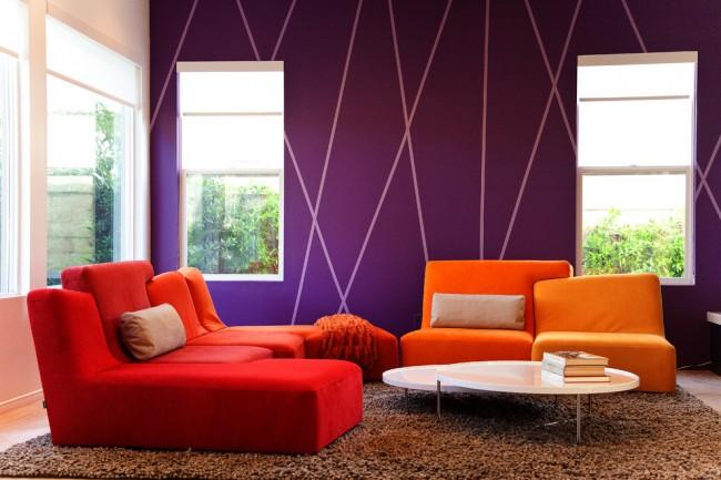 Peinture murale dans l'appartement.  Dessin géométrique sur le mur à l'aide de pochoirs.  Le ruban de masquage est idéal pour cela.