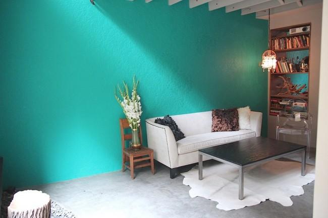 Peinture murale dans l'appartement.  Les peintures à l'eau et à l'alkyde conviennent à la coloration du papier peint