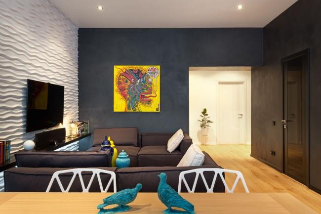 Peinture murale dans l'appartement.  La couleur fantaisiste mais étonnamment décorative des murs est le noir.  Contrairement à la croyance populaire, cela ne rend pas la pièce déprimante, mais elle peut paraître très fraîche.