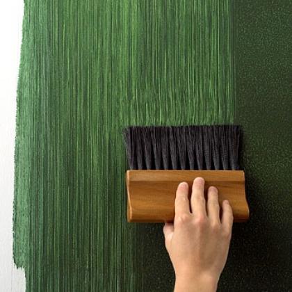 Peinture murale dans l'appartement.  Bandes verticales sur une section fraîchement peinte d'un mur à l'aide d'une brosse dure