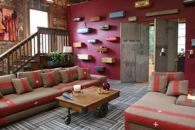 Intérieur de salon grunge avec un mur d'accent dans une couleur rose foncé foncé