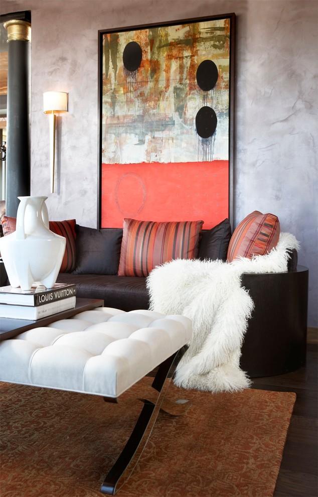 Un canapé de forme non standard, qui n'est pas utilisé de la manière la plus active, peut être recouvert d'une petite couverture de fourrure uniquement à des fins décoratives.