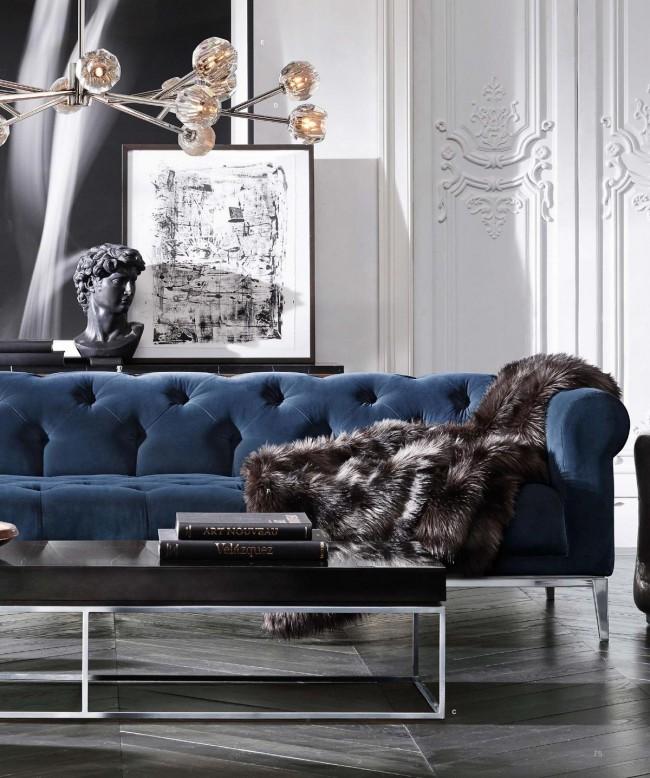 Cape de fourrure sur un canapé en velours luxueux