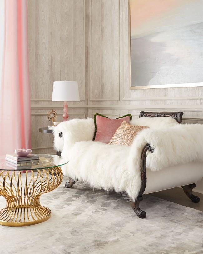 Canapé de style Empire avec cape de fourrure blanche à poils longs