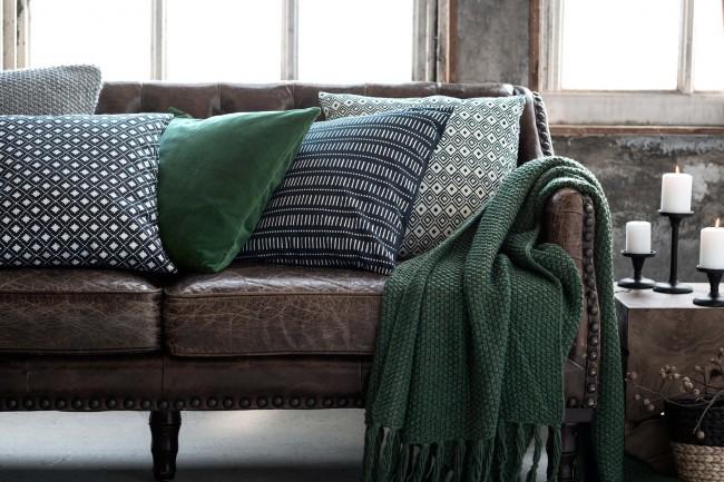 Couverture à pampilles en tricot bouclé vert foncé uni