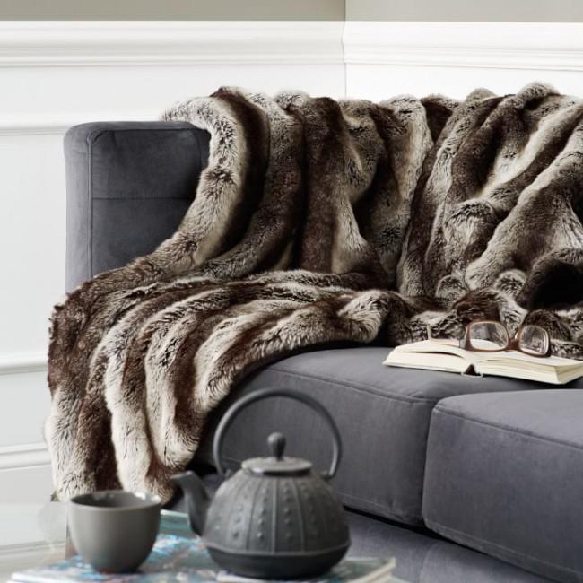 Couverture en fausse fourrure sur le canapé, pour un passe-temps douillet et confortable