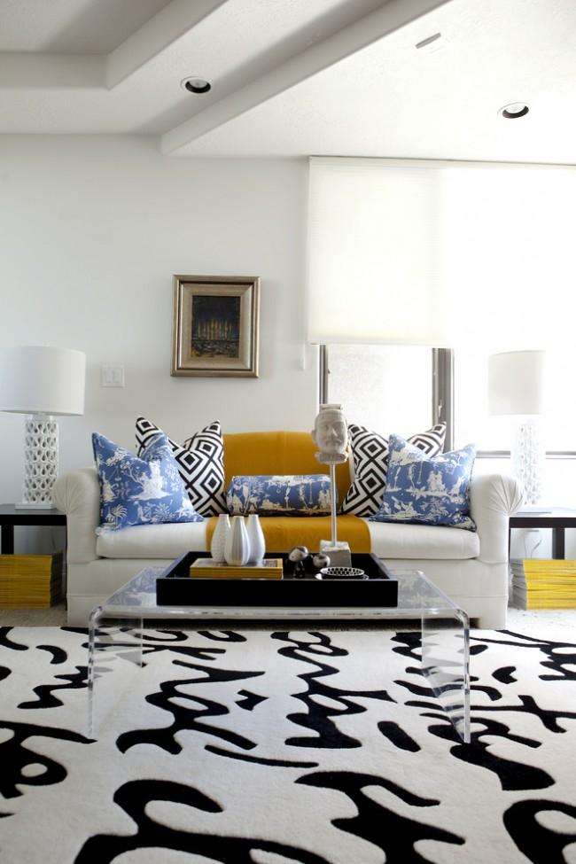 Ajouter du jaune et du bleu à un salon noir et blanc