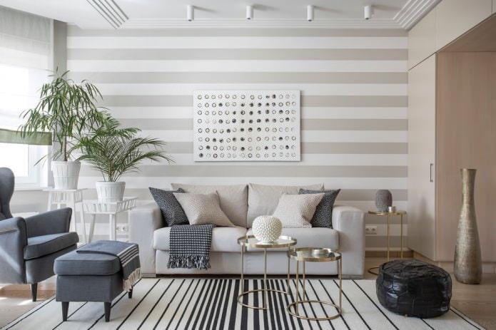 Papier peint à rayures grises dans le salon