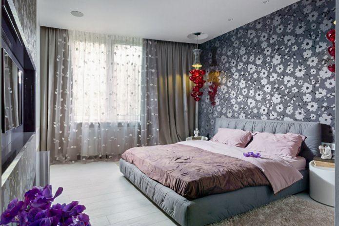 papier peint gris avec des fleurs dans la chambre