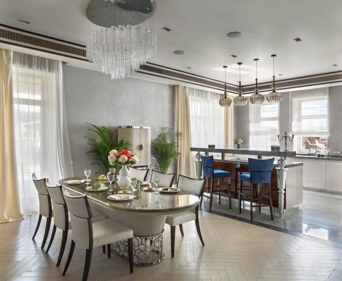 rideaux dans la cuisine-salle à manger au papier peint gris