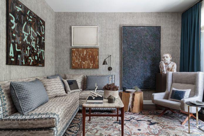 papier peint gris à l'intérieur du salon