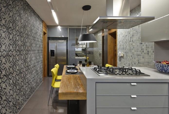 Papier peint gris avec un motif à l'intérieur d'une cuisine moderne