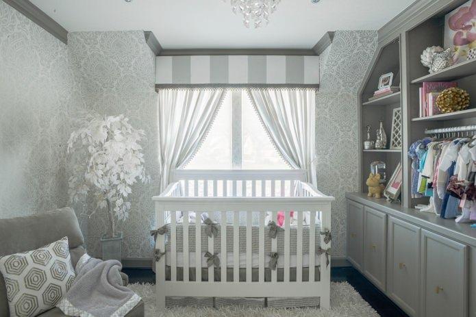 Papier peint gris dans la chambre d'enfant pour un nouveau-né