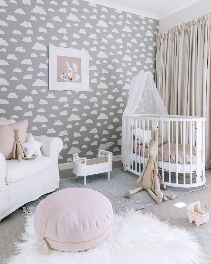 Papier peint gris avec des nuages dans la chambre d'enfant