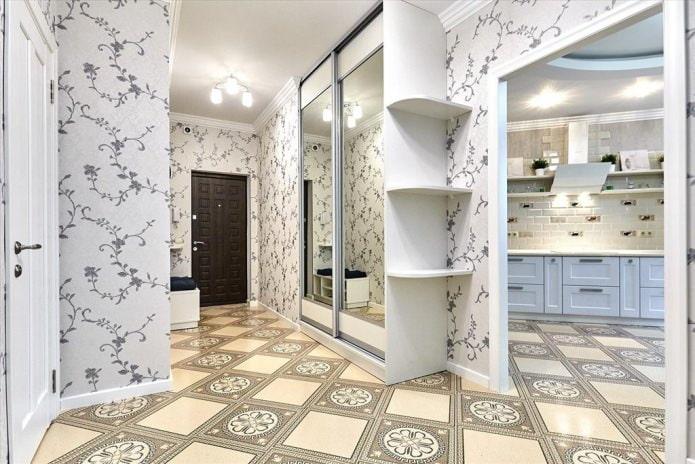 papier peint gris clair avec un motif dans le couloir