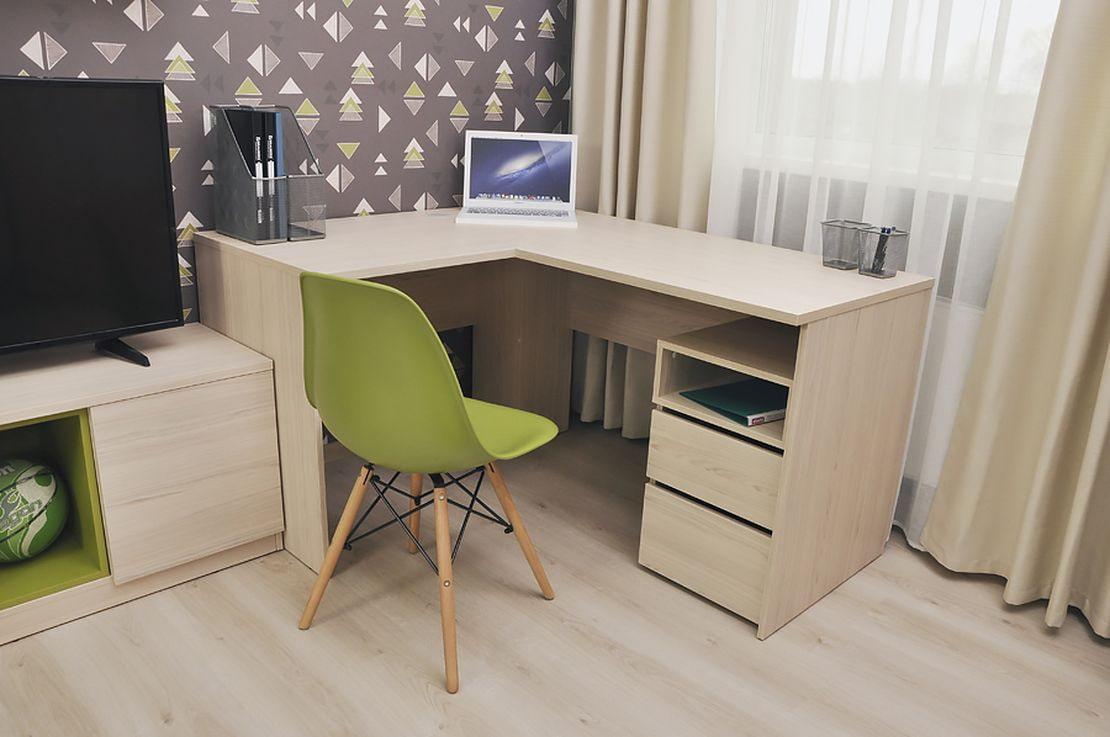 Intérieur du salon avec table d'ordinateur d'angle