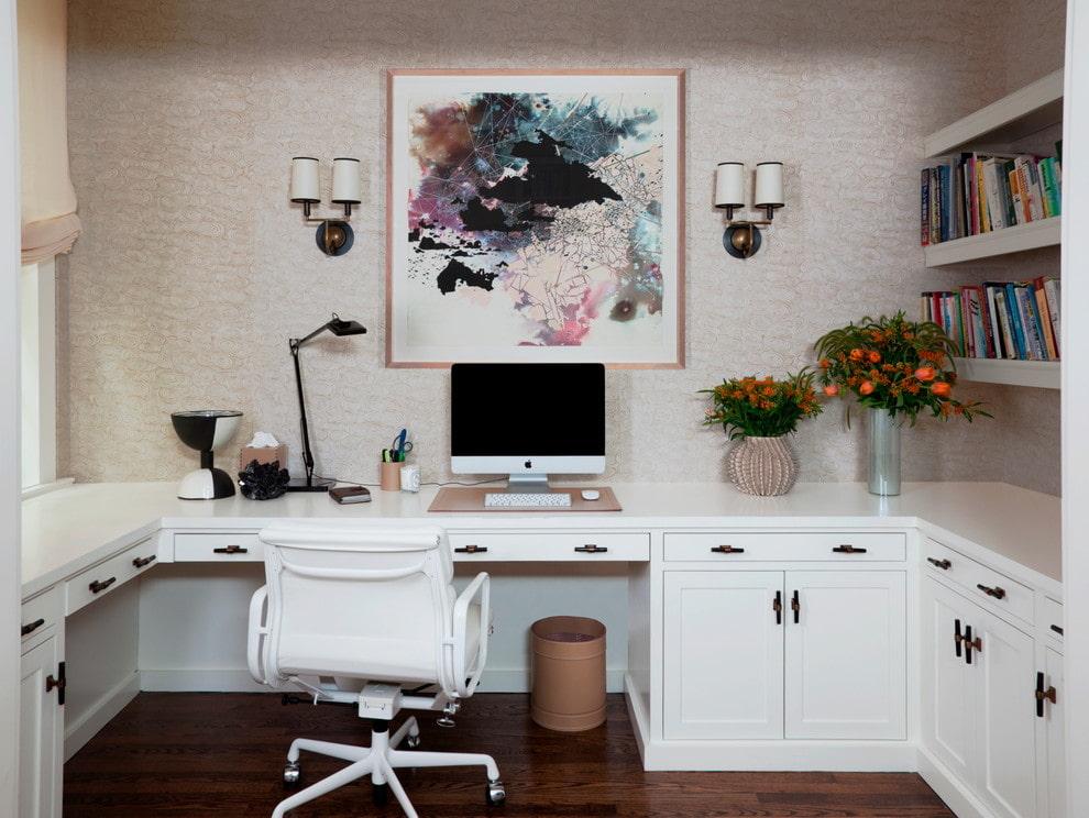 bureau d'ordinateur d'angle blanc